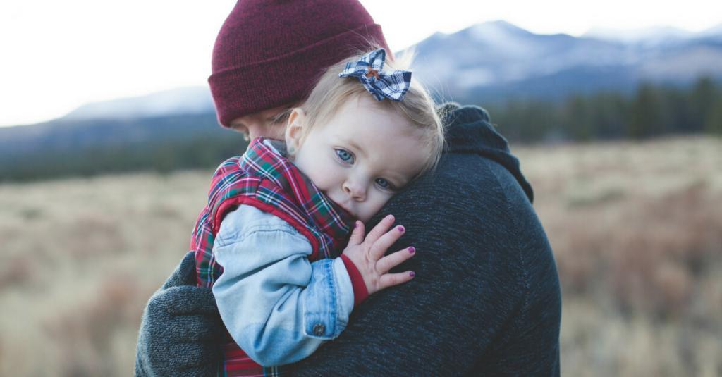 обнять испуганного ребенка